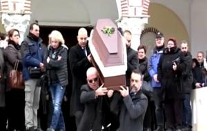Βίντεο από το τελευταίο «αντίο» στην Καρολίνα Κάλφα – Θρήνος για την δημοσιογράφο