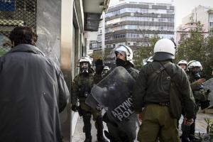 Επίθεση ΜΑΤ στα γραφεία του ΝΑΡ –  «Χτύπησαν κόσμο», καταγγέλλει η ΑΝΤΑΡΣΥΑ [pics, vid]