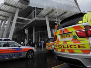 Πανικός σε σταθμό τρένων στο Λονδίνο – Τον μαχαίρωσε στην αποβάθρα