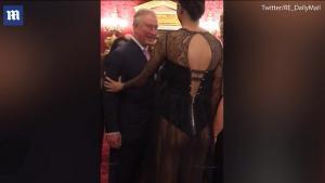 Ο πρίγκιπας Κάρολος φλέρταρε μοντέλο – «Να κρατήσεις τις καμπύλες σου» [vid]