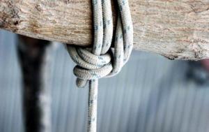 Βόλος: Ανατριχιαστική αυτοκτονία νεαρού στο καθιστικό του σπιτιού του – Σκηνές αρχαίας τραγωδίας στο διαμέρισμα!