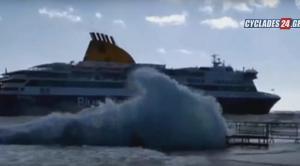 Τεράστια κύματα «καταπίνουν» το πλοίο στην Τήνο [vid]