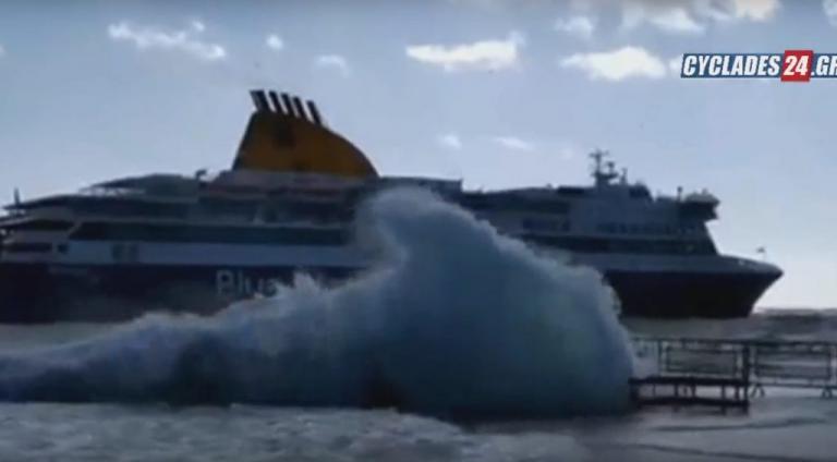 Τεράστια κύματα «καταπίνουν» το πλοίο στην Τήνο [vid] | Newsit.gr