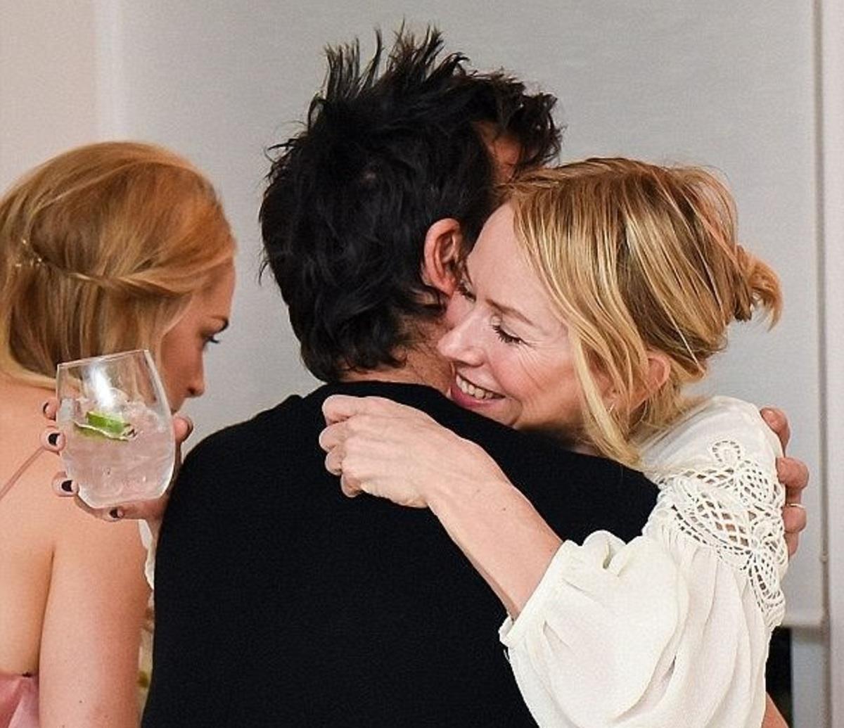Jennifer Aniston -Justin Theroux: Αυτή η θερμή αγκαλιά με τη Naomi Watts οδήγησε στο διαζύγιό τους; | Newsit.gr