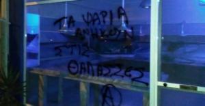 Γιάννενα: Επιθέσεις αντιεξουσιαστών σε κρεοπωλεία και ψαράδικο – Οι εικόνες και τα μηνύματα που άφησαν πίσω [pics]
