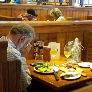 Η πιο σπαρακτική φωτογραφία… Άντρας τρώει μόνος του στις 14 Φλεβάρη… Απέναντί του οι στάχτες της γυναίκας του…