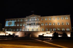Γιατί φωταγωγήθηκε η Βουλή το βράδυ του Σαββάτου