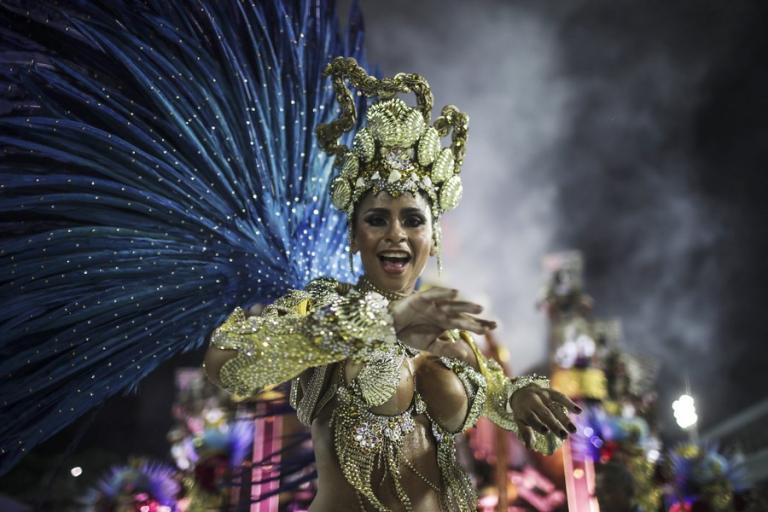 Εντυπωσιακές εικόνες! Καρναβάλι με σάμπα και… πολιτικά μηνύματα | Newsit.gr