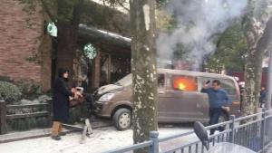 Τρόμος στη Σανγκάη: Αυτοκίνητο γεμάτο φιάλες αερίου έπεσε πάνω σε πεζούς [vids, pics]