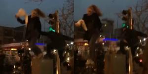 Βίντεο σοκ! Αστυνομικός πετάει με δύναμη κάτω διαδηλώτρια που ήταν ανεβασμένη σε ένα πόντιουμ