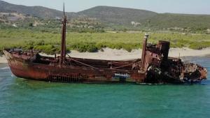 Λακωνία: Αυτό είναι το πλοίο φάντασμα που μαγεύει τους τουρίστες – Η άγνωστη ιστορία του [pic, vid]