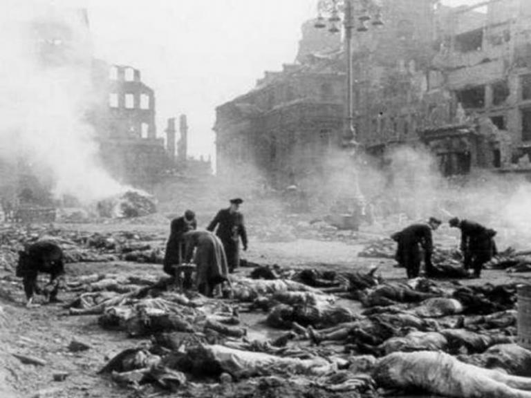 Όταν οι συμμαχικές Δυνάμεις βομβάρδισαν την Δρέσδη [vids] | Newsit.gr