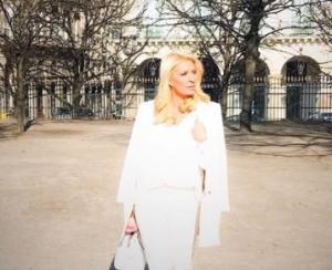 Ελένη Μενεγάκη: Στα λευκά στους δρόμους του Παρισιού! [pics]