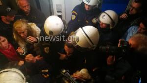 Επεισόδια σε συμβολαιογραφικό γραφείο – Μάχες σώμα με σώμα διαδηλωτών και ΜΑΤ – Προσαγωγές
