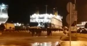 Ολυμπιακός – ΑΕΚ: Η στιγμή που πετούν φωτοβολίδες οι οπαδοί στον Πειραιά! [vids]