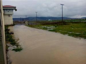 Πλημμύρισαν και οι φυλακές Τρικάλων [pics, vid]