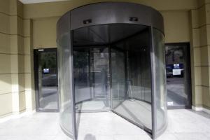 Με «έξωση» από ξενοδοχεία της Αθήνας κινδυνεύουν οι βουλευτές της περιφέρειας