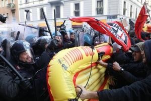 Ιταλία: Μαζικές συγκεντρώσεις κατά του φασισμού – Συγκρούσεις αστυνομίας – διαδηλωτών στο Μιλάνο [pics]