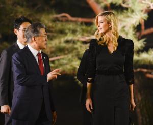 Ιβάνκα Τραμπ: «Μαγεύει» τη Νότια Κορέα! Πιο λαμπερή από ποτέ