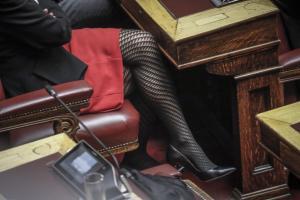Novartis: Το… ψυχεδελικό καλσόν της βουλευτού που κέντρισε τα βλέμματα! [pics]