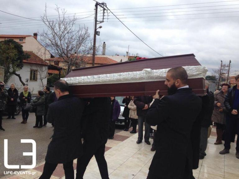 Καρολίνα Κάλφα: Βουβός θρήνος στην κηδεία της δημοσιογράφου που χάθηκε στη φωτιά [pics]