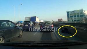 Άνδρας πεσμένος στην Λεωφόρο Κηφισού με τα αυτοκίνητα να περνούν ξυστά δίπλα του
