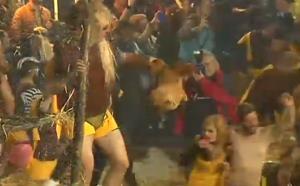 Τύρναβος: «Έφαγαν» 6 μήνες φυλακή επειδή… πετούσαν κότες στο καρναβάλι [vid]