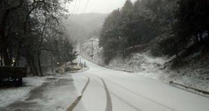 Καιρός: Χιόνια στη Λάρισα, χαλάζι στην Αμαλιάδα – «Φουσκώνει» επικίνδυνα ο Πηνειός