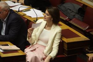 Αναδοχή από ομόφυλα ζευγάρια: Η Μάρκου εισηγήθηκε την καταψήφιση, αλλά τελικά υπερψήφισε το νομοσχέδιο! Έντονη δυσφορία στη ΝΔ