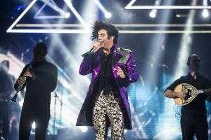 O Γιώργος Μαζωνάκης βγήκε στη σκηνή ντυμένος Prince και έγινε χαμός! [pics,vid]