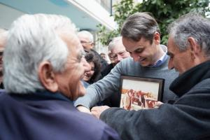 Selfies, χαμόγελα και αναμνήσεις για τον Κυριάκο Μητσοτάκη στην Εύβοια [pics]