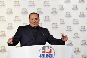 Ιταλία: «Μοιράζει» δεσμεύσεις και υποσχέσεις ο Μπερλουσκόνι για να ξαναγίνει πρωθυπουργός