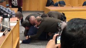 ΗΠΑ: «Χαμός» στην δίκη του Λάρι Νάσαρ – Πατέρας αθλήτριας προσπάθησε να τον χτυπήσει [vid]