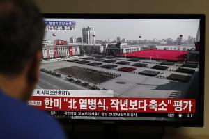 Βόρεια Κορέα: Μεγαλειώδης στρατιωτική παρέλαση μια μέρα πριν αρχίσουν οι Χειμερινοί Ολυμπιακοί Αγώνες