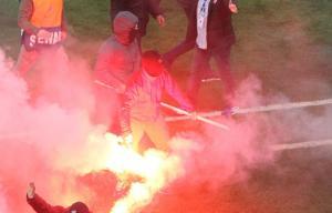 Ολυμπιακός – ΑΕΚ: Εισβολή οπαδών στο γήπεδο! Καπνογόνα από την εξέδρα