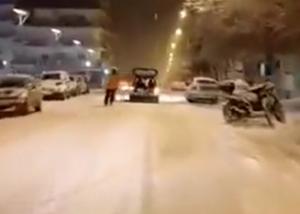 Ορεστιάδα: Δέθηκε στο αυτοκίνητο και έκανε σκι – Οι εικόνες στα χιόνια που «κούφαναν» μικρούς και μεγάλους [vid]