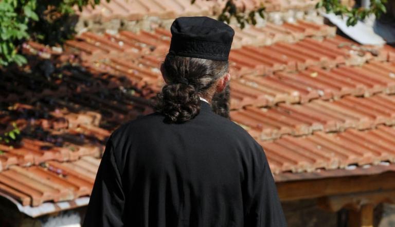 Αμαλιάδα: Φορούσε ράσα αλλά δεν ήταν ούτε παπάς, ούτε μασκαράς! | Newsit.gr