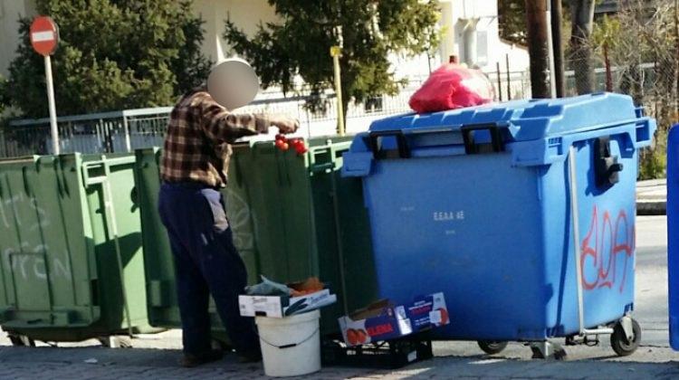 Τρίκαλα: Ψάχνει στα σκουπίδια για λίγα φρούτα και λαχανικά – Θλίψη για τις εικόνες έξω από σούπερ μάρκετ