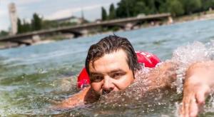 Γερμανός δεν άντεχε την κίνηση και πλέον κολυμπά για να πάει στη δουλειά του