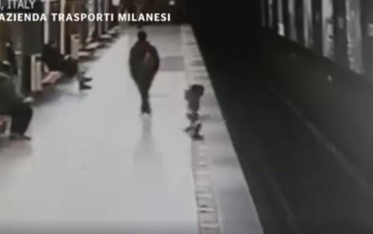 Απίστευτο βίντεο με 2χρονο αγόρι που πέφτει στις ράγες του μετρό – Ηρωας το σώζει - ΒΙΝΤΕΟ