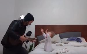 Όταν αυτός ο πατέρας άρχισε να παίζει κιθάρα, το μωρό του είχε την πιο γλυκιά αντίδραση