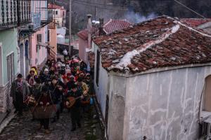 Λέσβος: Το έθιμο της «περικεφαλαίας» στην ορεινή Αγιάσο – Η ιστορία και το τελετουργικό [pics]