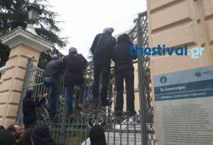 Στα κάγκελα οι διαδηλωτές κατά των πλειστηριασμών στη Θεσσαλονίκη [vid]