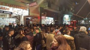 Χαμός στην Πάτρα! Έκλεισε ο δρόμος για… να παραλάβουν τις στολές για το καρναβάλι! [pics]