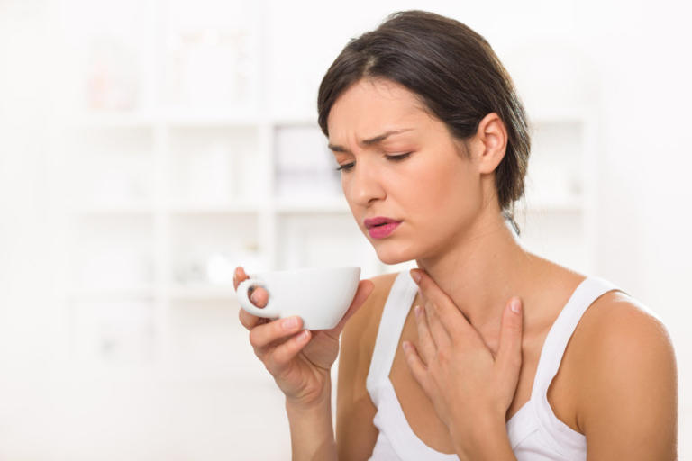 Πονόλαιμος: Πότε κάνουν καλό τα κρύα και πότε τα ζεστά ροφήματα | Newsit.gr