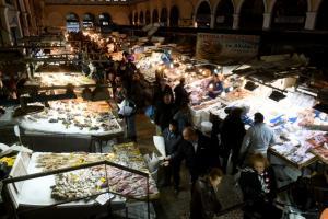 «Πυρετώδεις» οι προετοιμασίες στην κεντρική ψαραγορά!