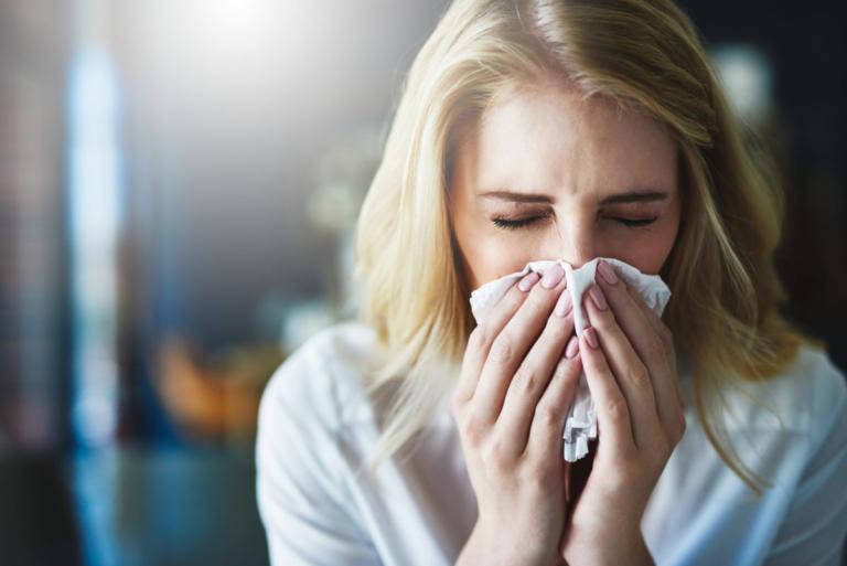 Ρινίτιδα: Γιατί τρέχει συνέχεια η μύτη σας – Πώς θα… γλιτώσετε