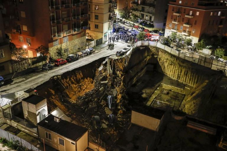 Ρώμη: Άνοιξε η γη και τους κατάπιε! Τεράστιος κρατήρας στο οδόστρωμα | Newsit.gr