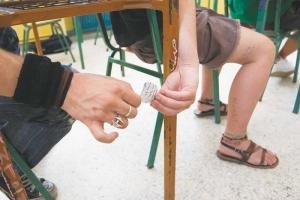 Ινδία: Το κρατίδιο Μπιχάρ απαγορεύει στους μαθητές να φοράνε… παπούτσια και κάλτσες στις εξετάσεις