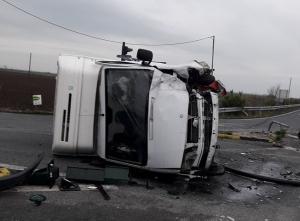 Φωκίδα: Τροχαίο με φορτηγό που ξήλωσε κολώνα φωτισμού και ανατράπηκε – Σώος ο οδηγός του [pic]